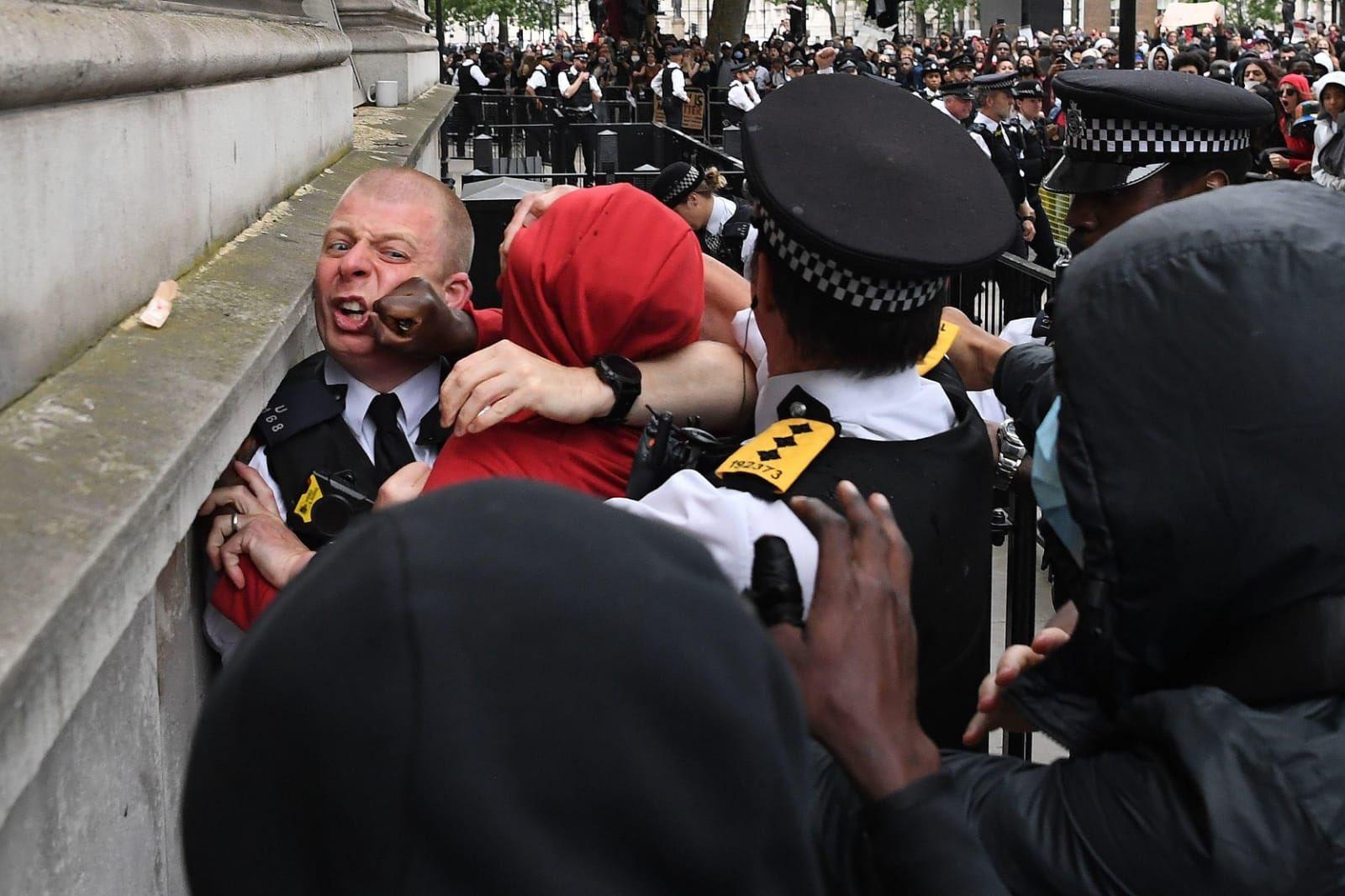 """לאחר ארה""""ב ופריז, המתקפה הפרוגרסיבית הגיעה גם ללונדון. מכים את השוטרים. צפו:"""